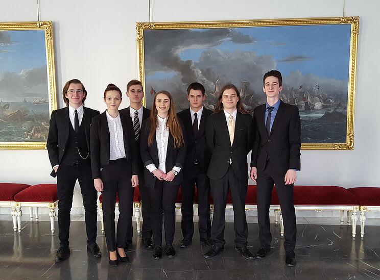 mladi-diplomate-spolecna-fotka-prazsky-hrad-2016-2