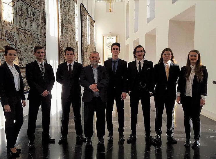 mladi-diplomate-spolecna-fotka-prazsky-hrad-2016